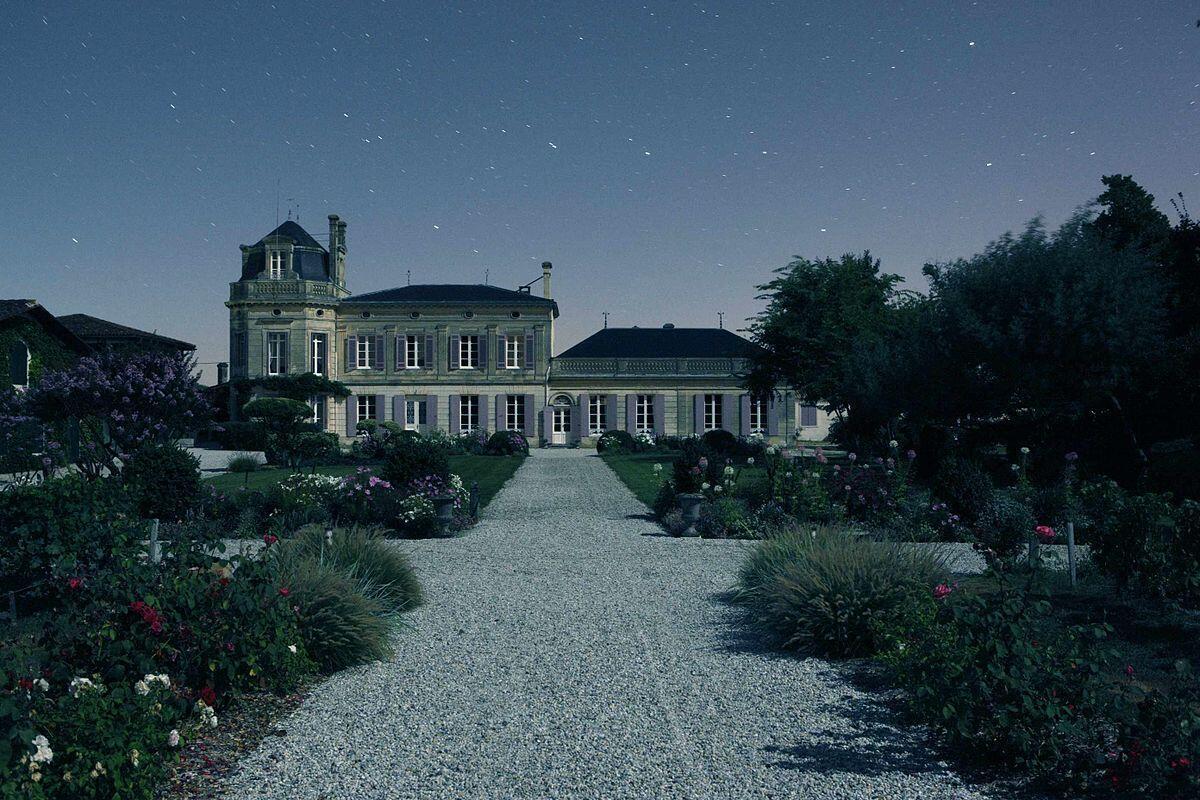 Le château Chasse-Spleen de nuit.