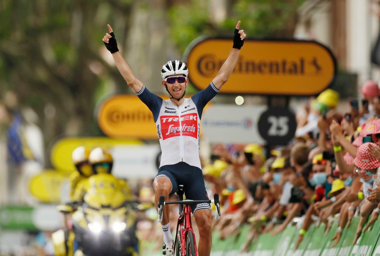 Четырнадцатый этап «Тур де Франс» Каркасон – Кийан 10 июля 2021. Победитель - нидерландский спортсмен Бауке Моллема, представляющий команду Trek – Segafredo.