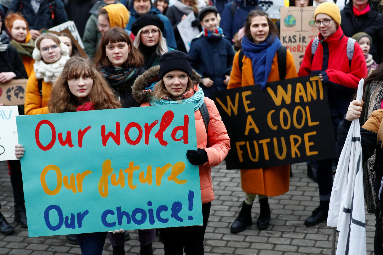 """Các học sinh sinh viên Latvia tuần hành tại thủ đô Riga trong ngày """"thứ Sáu vì tương lai""""  15/03/2019."""