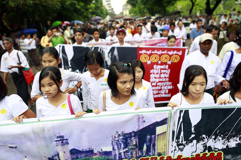 """Sinh viên tuần hành kỷ niệm 25 năm phong trào dân chủ 1988, còn gọi là phong trào """"8888"""", Rangoon, 08/08/2013."""