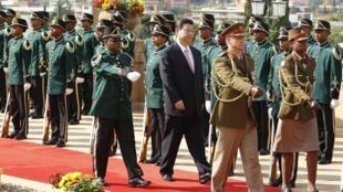 Le président chinois Xi Jinping (C), à son arrivée à Prétoria en Afrique du Sud, le 26 mars 2013.