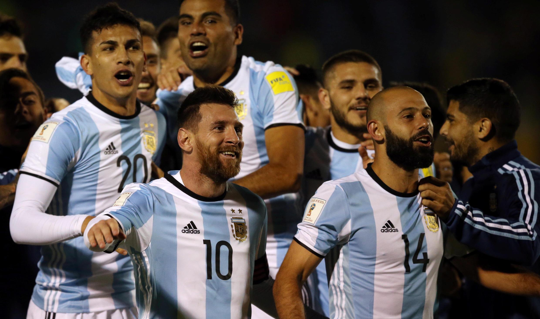 Los futbolistas argentinos festejan su pase al mundial rusia 2018 tras vencer 1-3 a Ecuador en Quito 10/10/2017.