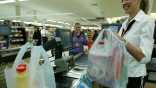En France, les sacs en plastique fin à usage unique, donnés ou vendus aux caisses des magasins, sont interdits. Mais le plastique prolifère ailleurs.
