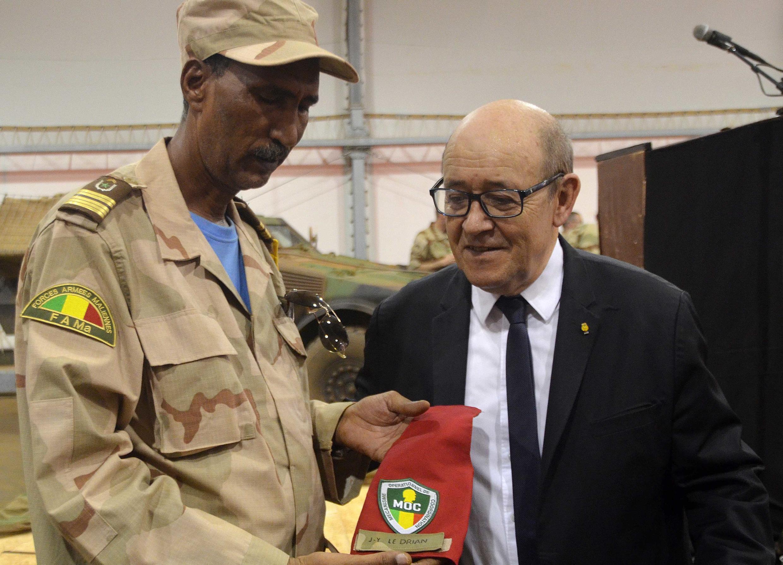 Jean-Yves Le Drian a rendu visite aux soldats du Mécanisme opérationnel de Coordination à Gao, le 25 février 2017.