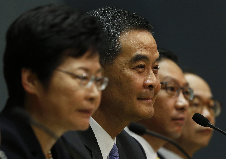 资料图片:2014年7月15日,香港政务司司长林郑月娥(左一)与特首梁振英(左二)