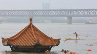 长江水暴涨,这是武汉武昌江滩的黄花矶上观江亭7月8日的情景,11日晨起,观江亭只剩顶盖露在外面。