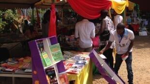 """Un exposant prépare son stand, lors de l'évènement """"Conakry, capitale mondiale du livre""""."""