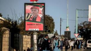 Une affiche du Premier ministre sortant Pakalitha Mosisili dans une rue de Maseru, capitale du Lesotho, le 30 mai 2017, à quatre jours des législatives du 3 juin.