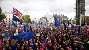 همزمان با جلسه روز شنبه پارلمان بریتانیا، مخالفان برکسیت در لندن دست به تظاهرات زدند