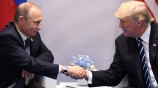 O aperto de mão entre Trump e Putin
