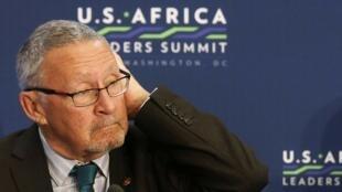 Le vice-président zambien Guy Scott écoutant parler Barack Obama à Washington, le 6 août 2014.