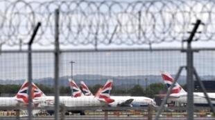Foto de archivo tomada el 1 de mayo de 2020, muestra aeronaves de British Airways que quedaron en tierra debido a la pandemia COVID-19, en una plataforma del aeropuerto Gatwick de Londres, cerca de Crawley, en el sur de Inglaterra.