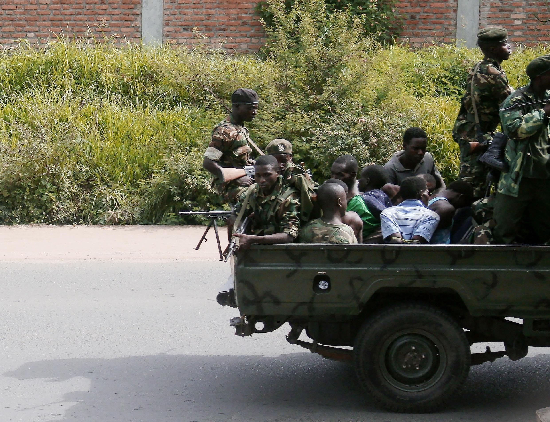 Un véhicule militaire transportant des hommes menottés, dans le quartier de Musaga, à Bujumbura, le 11 décembre 2015.