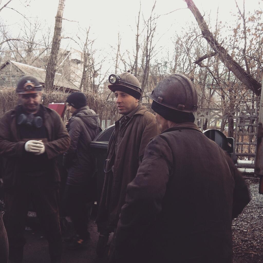 Донецкие шахтеры перед входом в морг, куда привезли тела погибших горняков, 5 марта 2015