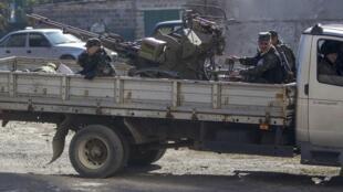 Пророссийские сепаратисты перевозят зенитную пушку недалеко от донецкого аэропорта, 9 октября 2014 г.
