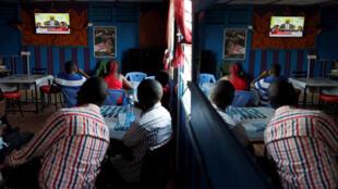 Dans ce café de Kisumu, des Kényans suivent en direct l'annonce des résultats de la seconde présidentielle. Photo datée du 30 octobre 2017.