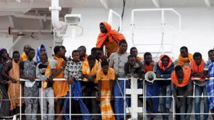 Migrantes a bordo de un barco de la ONG MSF en el puerto de Augusta, en Sicilia, el 24 de junio de 2016.