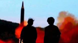 Truyền hình Nhật thông tin về vụ bắn thử tên lửa Bắc Triều Tiên, Tokyo, 10/08/2017.