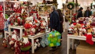 Selon un sondage de BVA, ce sont les plus de 65 ans qui se montrent le plus généreux lors de l'achat des cadeaux de Noël.