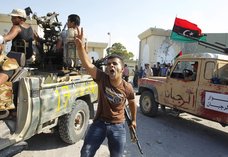 Los rebeldes celebran su entrada al cuartel general de Kadafi.
