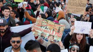 Sur les pancartes des manifestants à Alger on peut lire : « pas de prolongation, système dégage, foutez-nous la paix... ». Algérie, le 12 mars 2019.