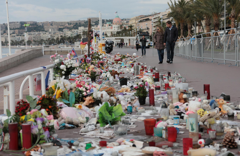 Passeio dos ingleses em Nice repleto de homenagens às vítimas do atentado do 14 de Julho