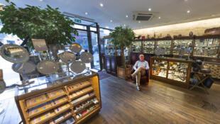 Frédéric Canny  dans sa boutique Planète Rasoir, située dans le 9ème arrondissement de Paris.