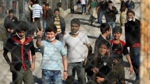 De jeunes immigrants dans un centre de détention à Filakio, en Grèce, à la frontière avec la Turquie, le 5 novembre 2010.  La Grèce est devenue le principal point de passage des clandestins vers l'Union européenne.