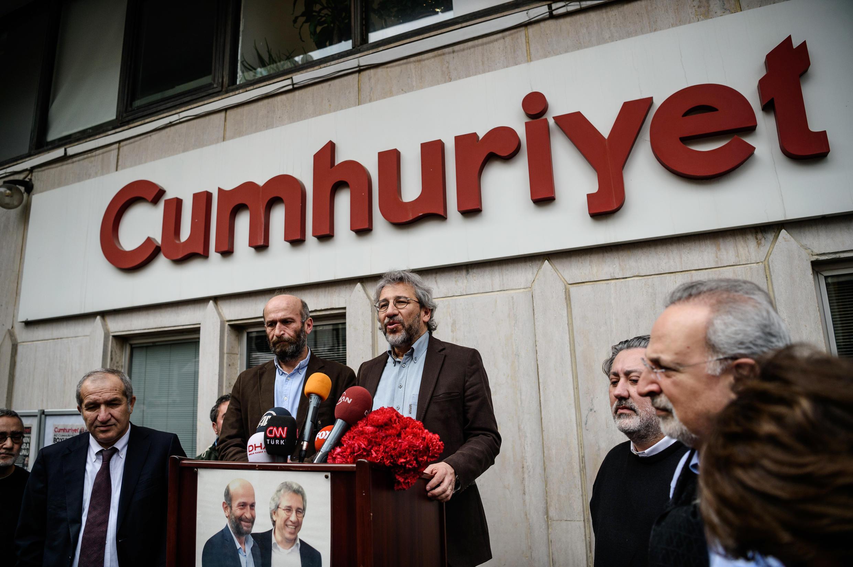 Les journalistes turcs Can Dündar et d'Erdem Gül devant les locaux du journal Cumhuriyet, le 26 février 2016, à Ankara.