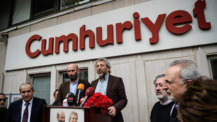 Turkish journalists Can Dundar and Erdem Gul in front of the Cumhuriyet newspaper headquarters in Ankara on 26 February.