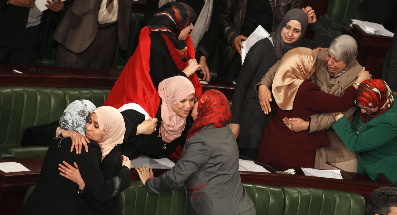 Cảnh mừng việc thông qua Hiến pháp mới tại Quốc hội Tunisia, ngày  26/01/ 2014.