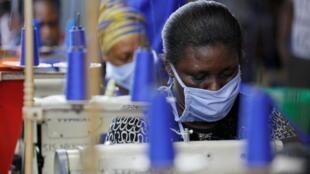 Dans une usine produisant des équipements de protection individuelle pour les agents de santé locaux, à Accra, au Ghana, le 10 avril 2020.