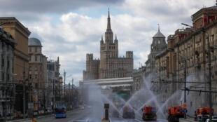 Des véhicules pulvérisent du désinfectant sur un axe principal de Moscou, en Russie, le 12 avril 2020