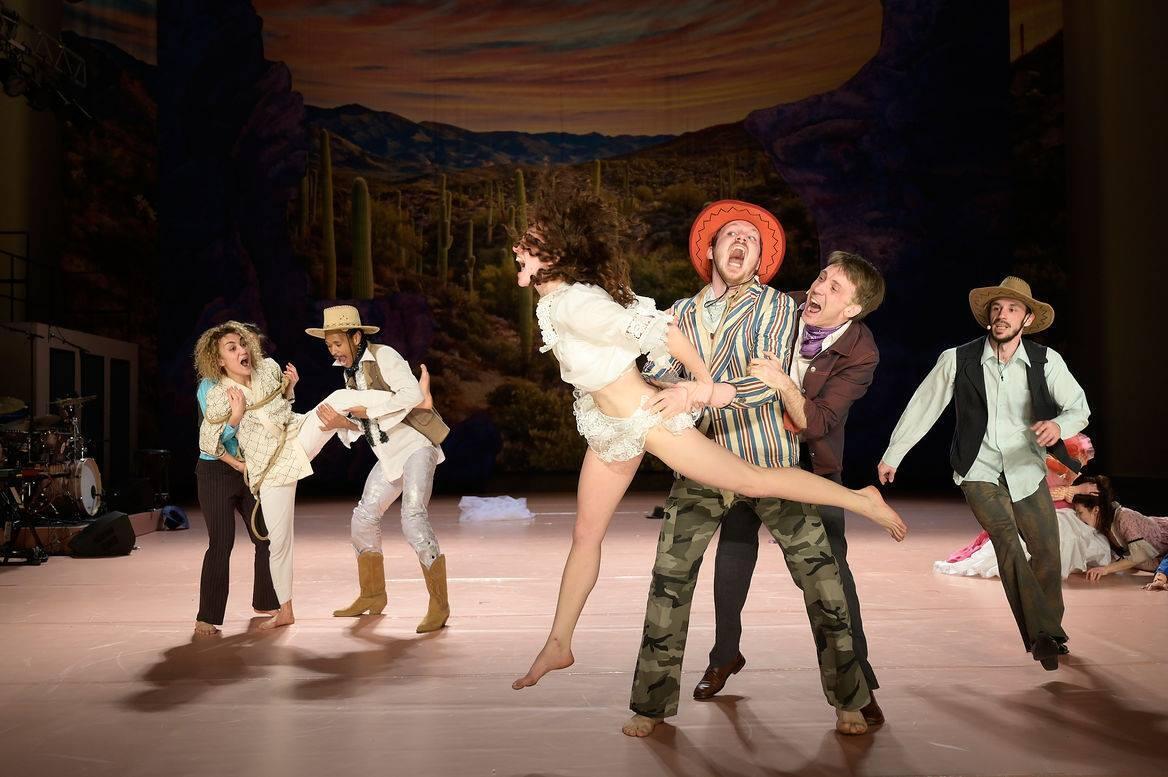 O bailarino Kostia Chaix (de chapéu vermelho), na encenação do espetáculo The West, da Companhia Constanza Macras/Dorky Park.