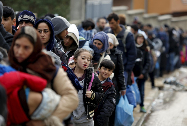 Migrantes esperam ônibus na Sérvia, país que viu mais de 300 mil pessoas atravessarem seu território desde o início do ano.