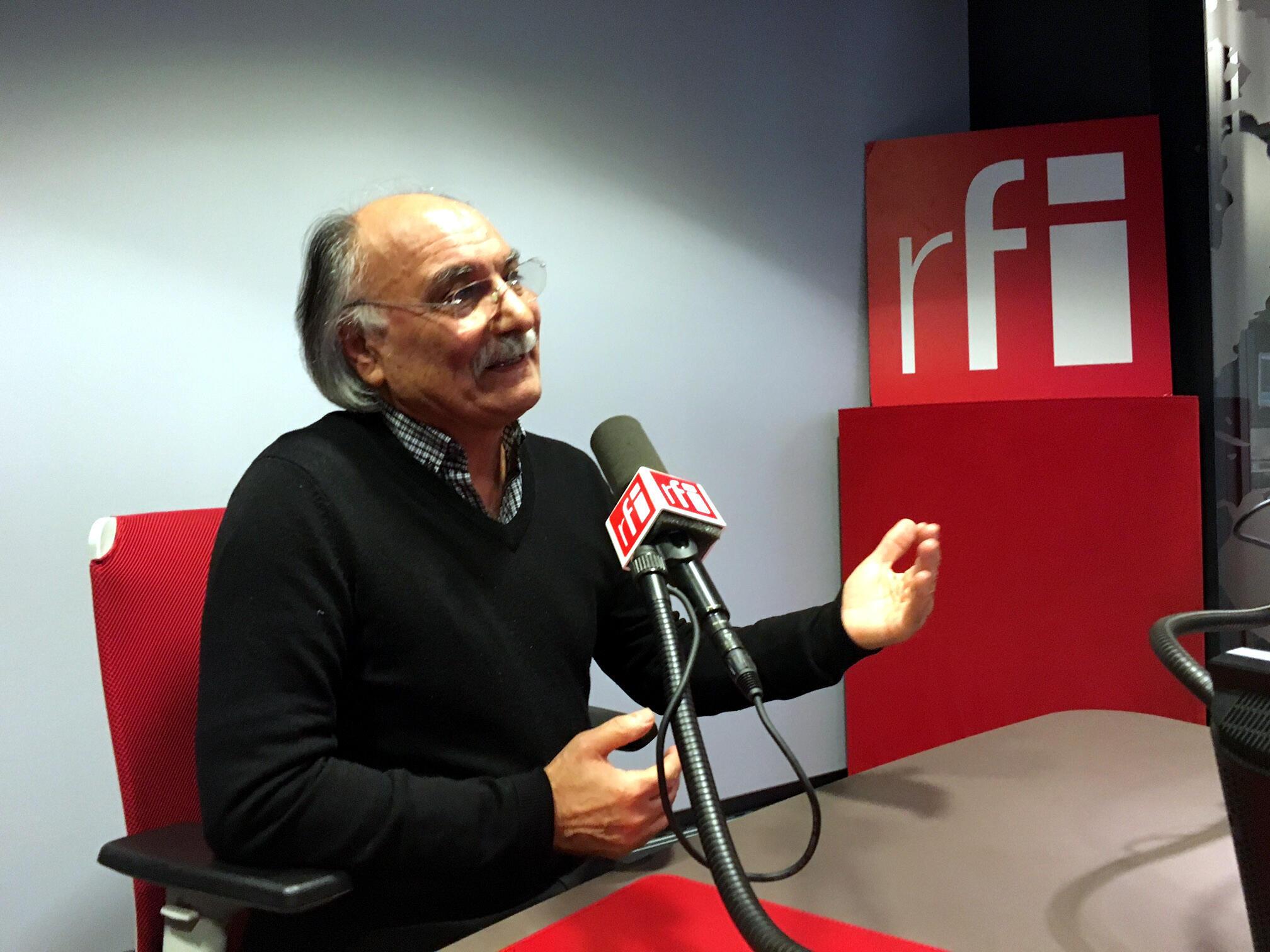حسین دولت آبادی در استودیو بخش فارسی رادیو بین المللی فرانسه