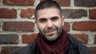 Cet épicier et auteur publie « La sainte touche », son premier roman aux Editions JC Lattès dans la collection La Grenade.