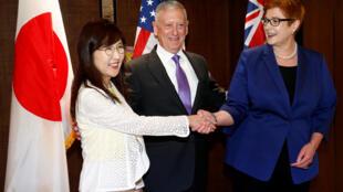 Bộ trưởng Quốc Phòng Mỹ, James Mattis (G) cùng các đồng nhiệm Nhật Bản, bà Tomomi Inada (T) và Úc, bà Marise Payne, tai Đối thoại An ninh Shangri-La, Singapore 03/06/2017.