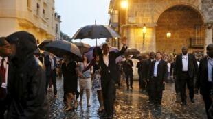 Rais Obama atembea na familia yake katika mitaa ya Havane.