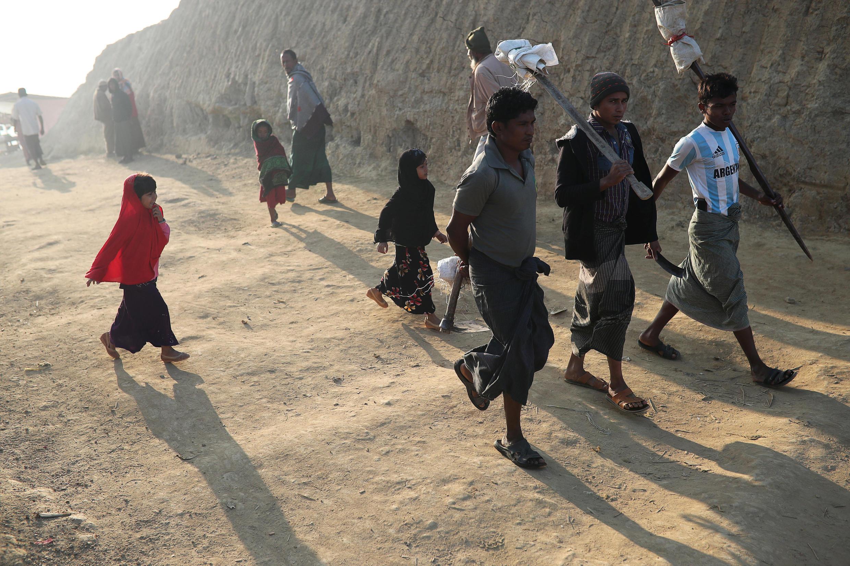 ជនភៀសខ្លួន Rohingya នាំគ្នាដើ់រក្បែរជំរំជនភៀសខ្លួនមួយនៅ Jamtoli  ប្រទេសបង់ក្លាដែសថ្ងៃទី២២មករា២០១៨
