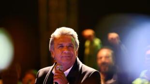 Lenin Moreno célèbre les premiers résultats au milieu de ses partisans, à Quito, le 19 février 2017.