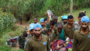 Des éléments du bataillon Indien-I de la MONUSCO évacuent un officier des FARDC blessé à Kitchanga, dans le Nord-Kivu, en février 2017.