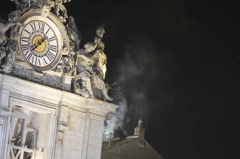 Белый дым над крышей Сикстинской капеллы, 13 марта 2013 года