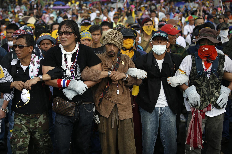 Người biểu tình chống chính phủ nối vòng tay, đối mặt với cảnh sát trước trụ sở Chính phủ, Bangkok, 25/11/2013