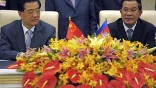 Chủ tịch Trung Quốc Hồ Cẩm Đào (T) và Thủ tướng Cam Bốt Hun Sen (P) chứng kiến lễ ký thỏa thuận hợp tác song phương tại Phnom Penh ngày 31/03/2012.