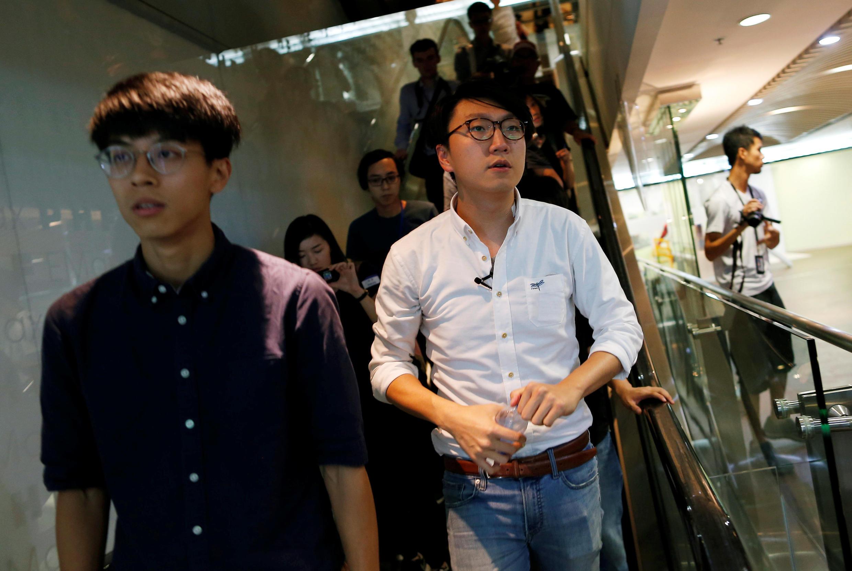 2016年8月2日香港本土民主前线成员梁天琦(中)就其立法会竞选资格被取消举行媒体通报会后离开会场。