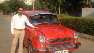 Harneet Barmy, 32 ans, est ingénieur chez Microsoft. Et il a voulu perpétuer sa tradition familiale en rénovant cette Ambassador.