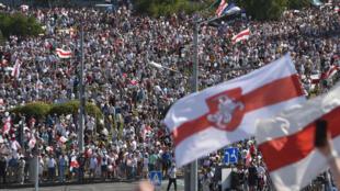 Des dizaines de milliers de partisans de l'opposition biélorusse se sont rassemblés à Minsk le 16 août 2020 pour se joindre à une «Marche pour la liberté».