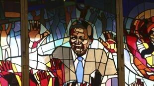 Les vitraux de l'église catholique Regina Mundi à Soweto, à l'effigie de Nelson Mandela. Photo datée du 9 juin 2013.