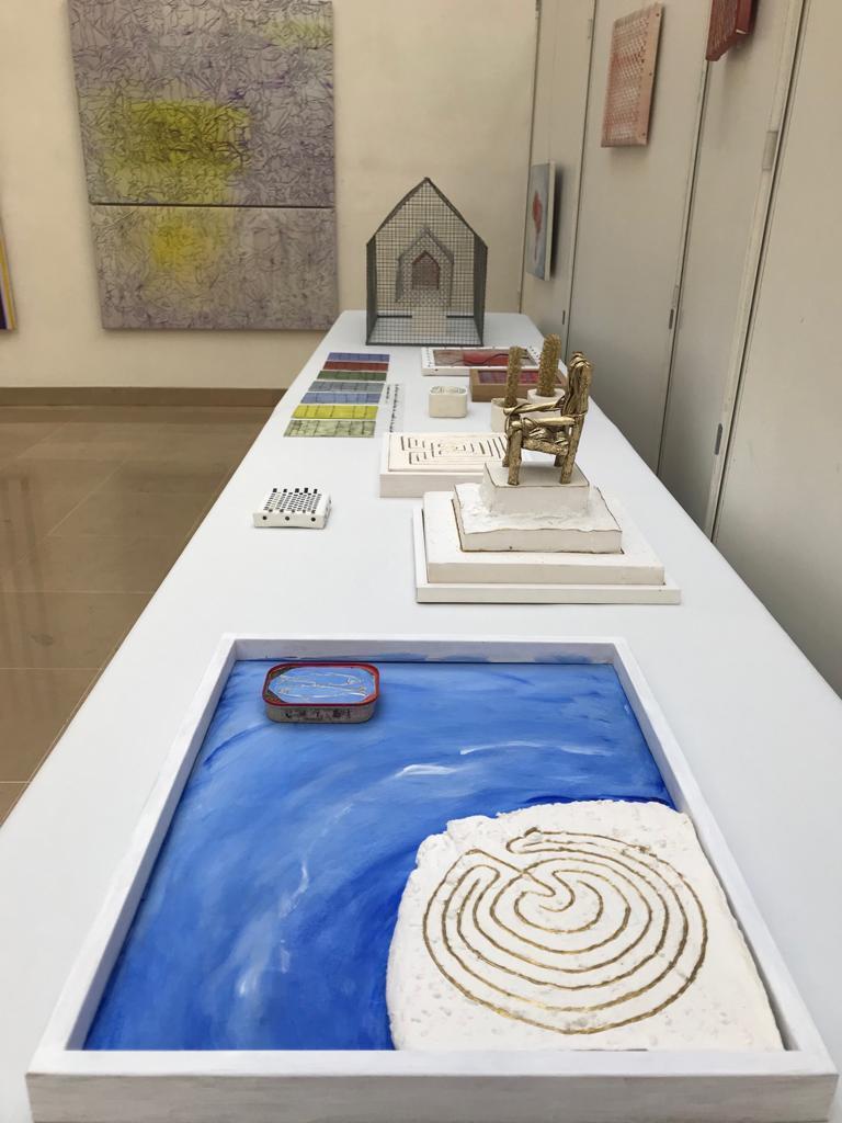 """Objetos da exposição """"Le fil tenu"""", de Janice Melhem Santos."""
